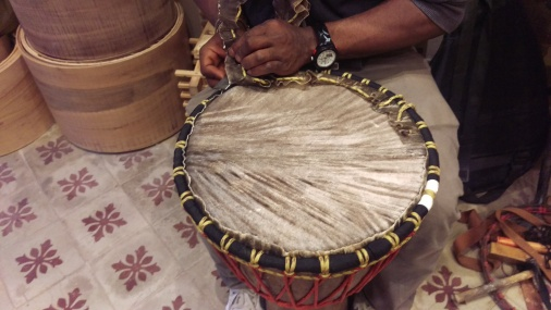 Sylla sur une réparation de djembé et percussion africaine